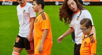Valencia CF y Valencia Femenino posan para la foto de temporada con invitados de excepción