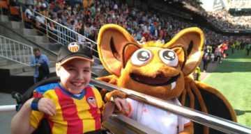 La Asociación de Futbolistas Valencia CF y el VCF Femenino ayudan al pequeño Cristobal