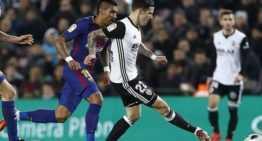El Valencia salió vivo del envite en el Camp Nou y Mestalla decidirá (1-0)