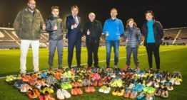 El Levante UD dona más de 100 pares de botas a Misiones Valencia para los niños de Togo y Perú