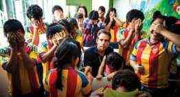 El actor Ben Stiller visibiliza la solidaridad del Valencia CF y la peña Viachers con los refugiados en Guatemala