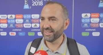 Pedro López (seleccionador España Sub-20 Femenina) se 'rinde' a los pies de sus jugadoras tras alcanzar la final