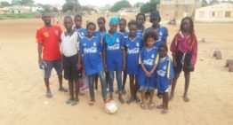Los colores de la FFCV lucen en Senegal gracias a las equipaciones donadas a 'Las Doradas' de M'bour