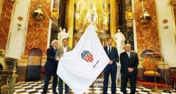 La Asociación de Futbolistas del Valencia CF bendice la nueva bandera del Centenario en la Basílica