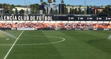 VIDEO: Más de 350 niños de las Escoles COR Blanquinegre apoyaron al Valencia Juvenil ante el Manchester