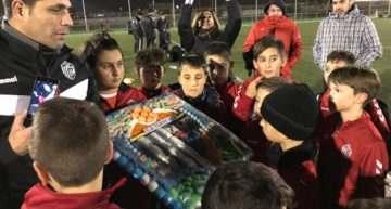 Padres y jugadores del fútbol base del CD Torrevieja premiaron a técnicos y dirección del club