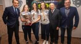 Homenaje del Levante UD a las tres jugadoras del BM Marni que se proclamaron campeonas de España