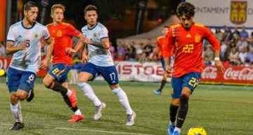 Un penalti y un final de infarto dan la victoria por la mínima a Argentina ante España (1-0)
