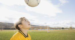 Riesgo neurológico probado: Escocia se plantea prohibir a los menores de 12 años cabecear el balón