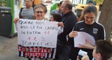GALERÍA: Torrefiel no se rinde e inunda una Junta Municipal de firmas para reclamar su campo de fútbol-11