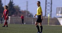 Gran detalle de Agost FC y Alfàs del Pi con la árbitra María Romero con motivo del Día de la Mujer