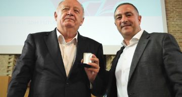 La FFCV condecora a José Manuel Llaneza con la Medalla de Oro
