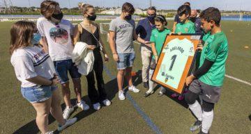 El Valencia CF homenajea a Ángel Abelardo en su clinic celebrado en CF Cracks