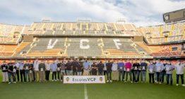 La Academia del VCF da la bienvenida a las escuelas en un acto en Mestalla