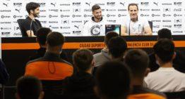 Gayá, Carlos Soler y Voro González visitan a los jugadores residentes de la Academia del VCF